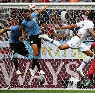 Справа налево: вратарь Фернандо Муслера (Уругвай), Рафаэль Варан (Франция), Кристиан Стуани (Уругвай), Мартин Касерес (Уругвай), Диего Годин (Уругвай) в матче 1/4 финала чемпионата мира по футболу между сборными Уругвая и Франции.