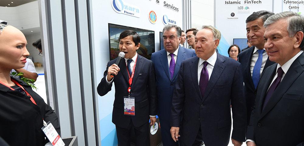Борбор Азия мамлекеттеринин президенттери эл аралык Астана финансы борборунан атактуу София аттуу робот менен таанышып жатышат