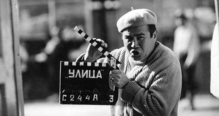 Туратбеков документалист катары Кыргыз ССРинин аймагында болгон орчундуу тарыхый окуяларды чагылдырып, атактуу инсандар тууралуу 30дай даректүү эмгек жараткан