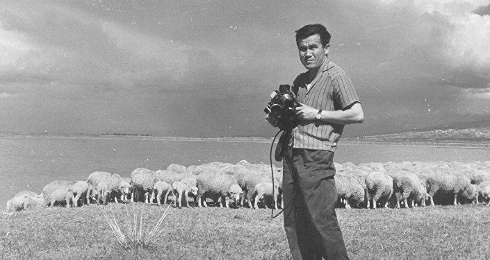 Марлес Туратбеков элеттеги мектепти аяктаган соң борборго келип эки жылдай камера тартуу ыкмасын бир еврей фотографты ээрчип жүрүп үйрөнгөн