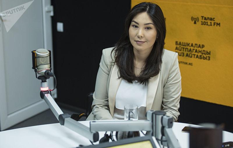 Диктор телеканала НТС Мира Шукуралиева во время интервью на радиостудии Sputnik Кыргызстан