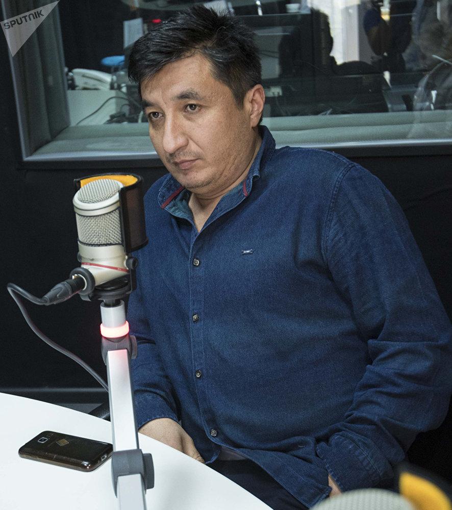 Бишкекский шеф-повар Шухрат Шарипов во время интервью на радиостудии Sputnik Кыргызстан