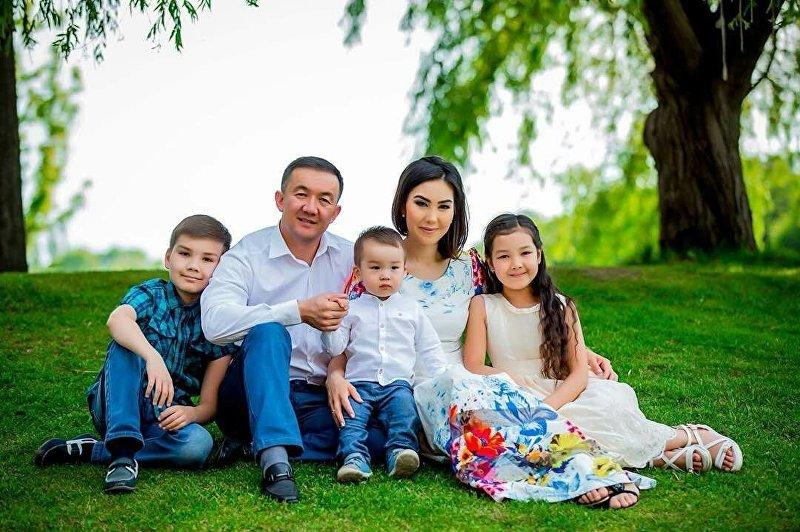 Диктор телеканала НТС Мира Шукуралиева с семьей
