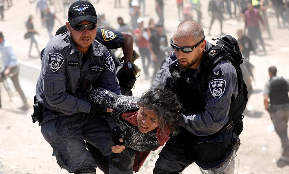 Израилдин полициясы бедуиндердин Хан аль-Ахмар кыштагындагы жергиликтүү тургунду кармап жатат
