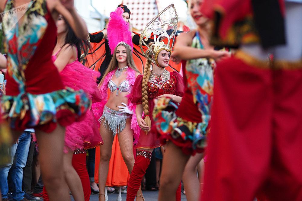 Самара шаарында Бразилия менен Мексиканын курама командалары беттешкен учурда күйөрмандар уюштурган карнавал