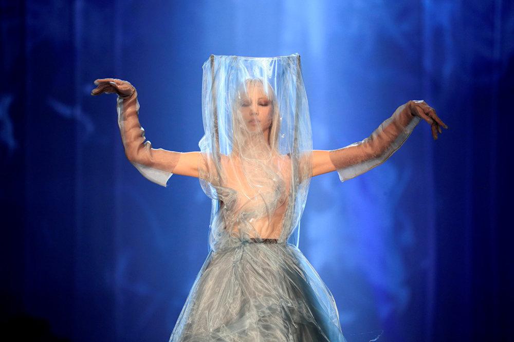 Дизайнер Жан-Поль Готье Парижде өткөн мода жумалыгында өз эмгегин тартуулады