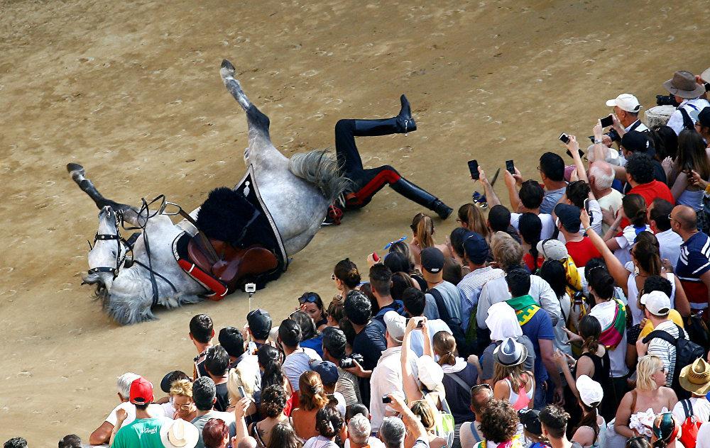 Palio di Siena ат чабышында кулап түшкөн чабандес