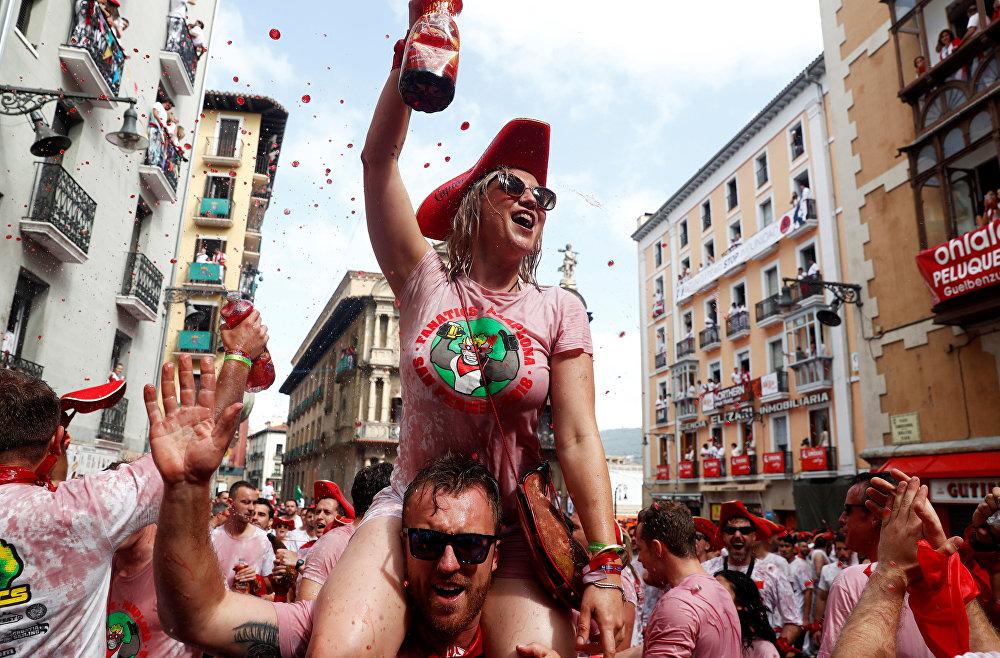Испандардын Памплона шаарында өтчү Сан-Фермин фестивалынын ачылышына келгендер