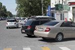 На пересечении улицы Шопокова и проспекта Чуй припаркованы около 20 автомобилей возле дорожного знака Эвакуатор