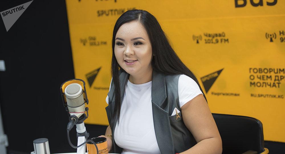 Предпринимательница Амина Мамытбекова во время интервью на радио Sputnik Кыргызстан
