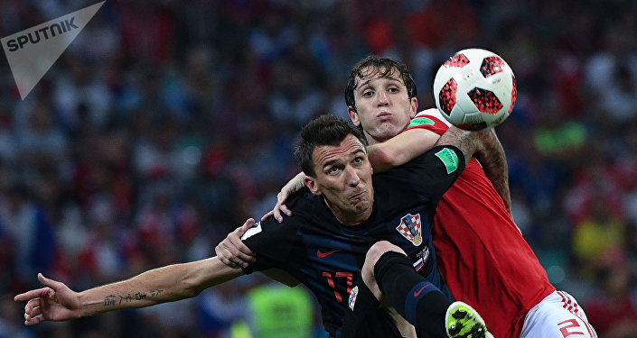 Слева направо: Марио Манджукич (Хорватия) и Марио Фернандес (Россия) в матче 1/4 финала чемпионата мира по футболу между сборными России и Хорватии.