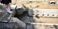 Из-за забитых сточных арыков затопило перекресток улиц Киевская - Тыныстанова