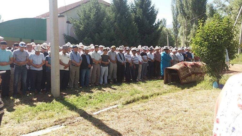 Люди на похоронах известного кыргызского актера Дуйшенбека Байдоботова