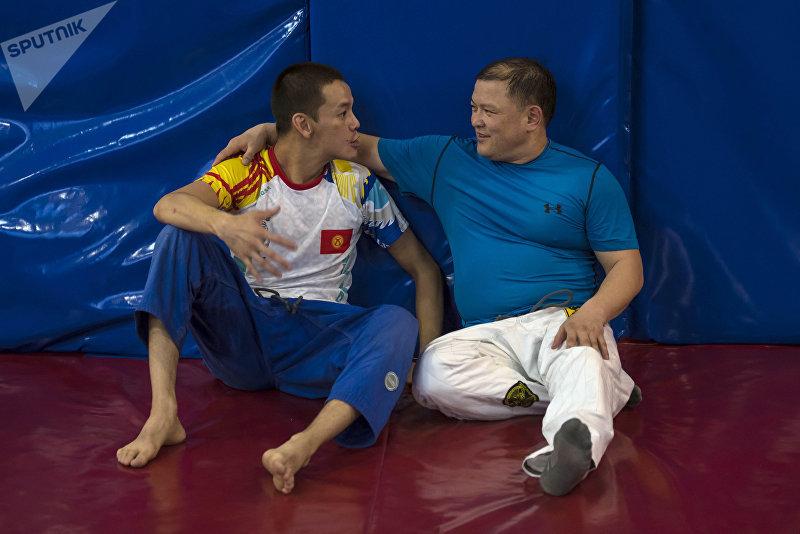 Спикер Жогорку Кенеша Дастан Джумабеков со своим спарринг-партнером по джиу-джитсу Уланом Бердибаевым