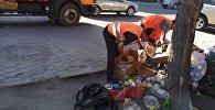 Сотрудники МП Тазалык во время мусора на одной из улиц Бишкека. Архивное фото