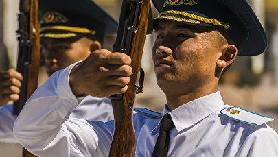 Солдаты национальной гвардии на посте №1 на площади Ала-Тоо в Бишкеке в аномально жаркий день. Архивное фото