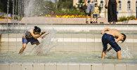 Бишкектеги Ала-Тоо аянтындагы фонтандардын жанында балдар. Архив