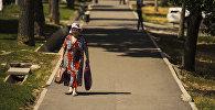 Пожилая женщина с сумками на одной из улиц Бишкека. Архивное фото