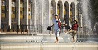 Молодые люди у фонтанов на площади Ала-Тоо в Бишкеке. Архивное фото
