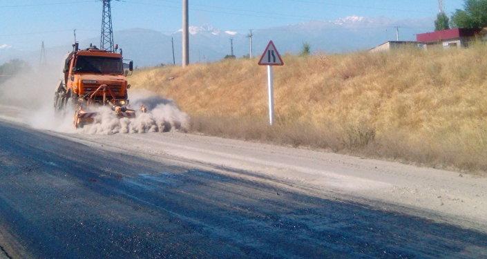 Маалыматка ылайык, ушу тапта Бишкек — Ош жолунун 121-129-чакырымына жаңы асфальт төшөлүп жатат