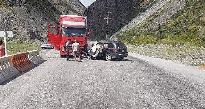 По информации УОБДД, автомобиль Subaru Forester, направляясь с юга на север, выехал на встречную полосу и столкнулся с грузовой автомашиной Volvo.