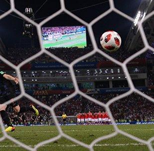 Иван Ракитич (Хорватия) забивает решающий гол во время пенальти в матче 1/4 финала чемпионата мира по футболу между сборными России и Хорватии.