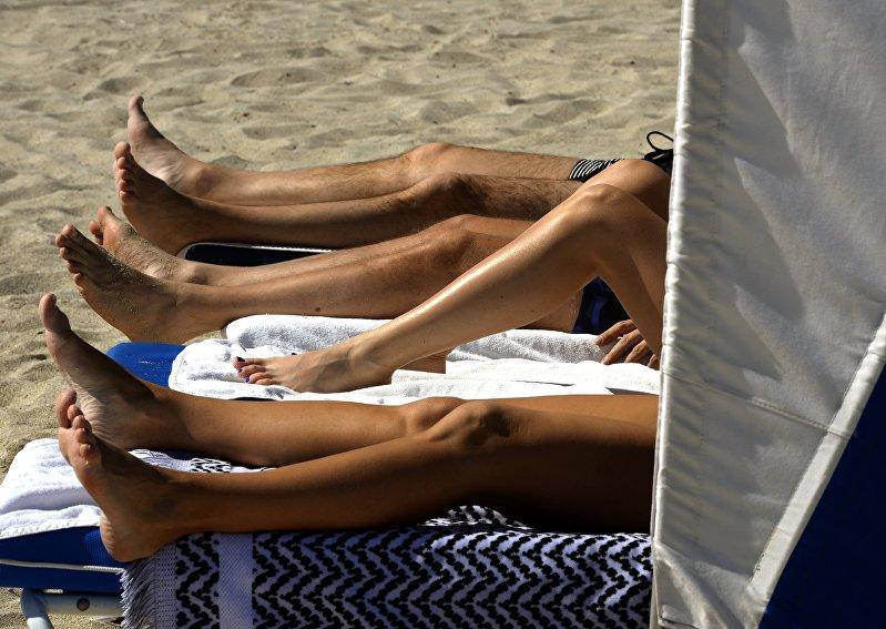 Отдыхающие на пляже в Майами, штат Флорида. США
