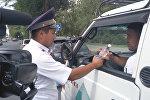 В Бишкеке инспекторы УОБДД останавливали водителей и раздавали холодную воду