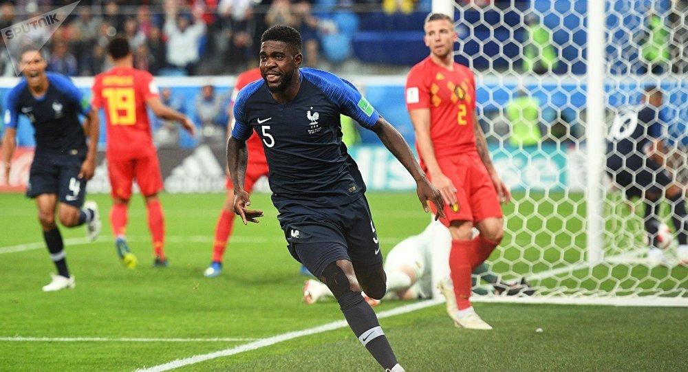 Самюэль Умтити (Франция) радуется забитому голу в полуфинальном матчем чемпионата мира по футболу между сборными Франции и Бельгии.