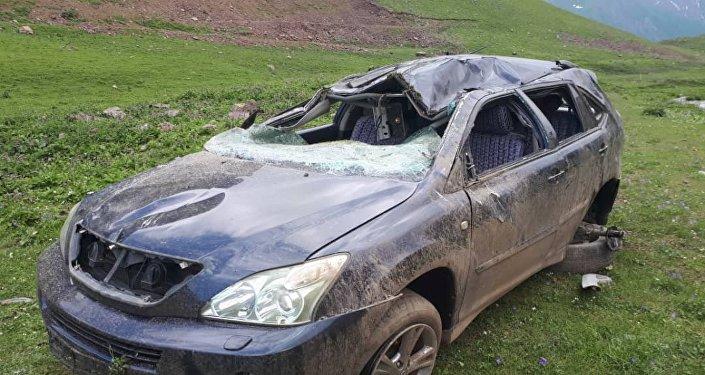 Жалал-Абад облусунун Токтогул районунда Lexus RX400 автоунаасы жол кырсыгына кабылды