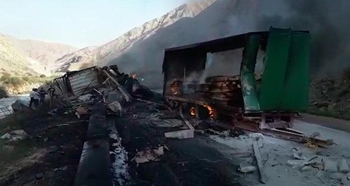 Бишкек — Нарын жолунда жүк ташыган эки автоунаа кагышып, бирөө өрттөнүп кетти. Видео