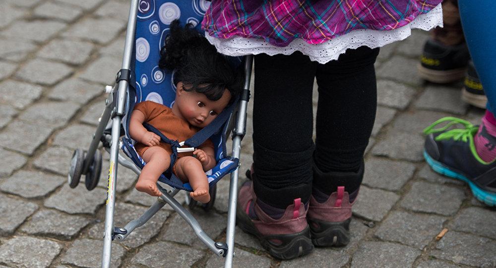 Девочка с куклой в коляске. Архивное фото