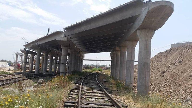 Строящийся мост, соединяющая западную и восточную части улицы Льва Толстого в Бишкеке