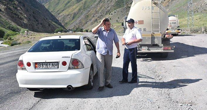 Инспекторы УОБДД и медики останавливали водителей на посту Сосновка Жайыльского района и рекомендовали отдохнуть перед поездкой