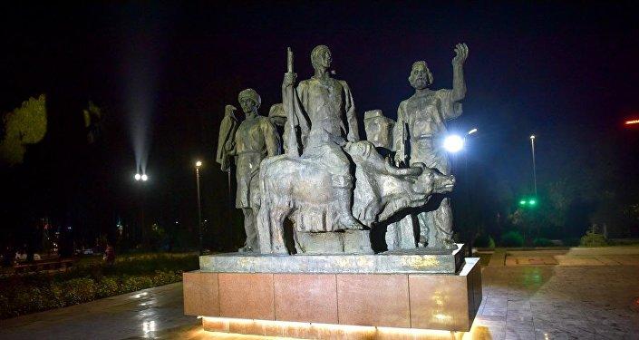 Освещение в сквере им. Салиевой в Бишкеке