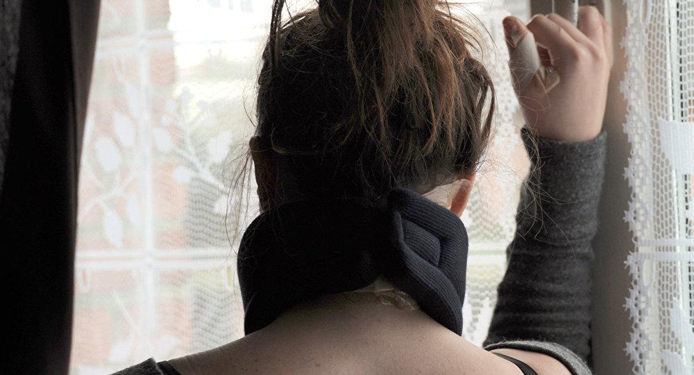 Пострадавшая от насилия девушка. Архивное фото