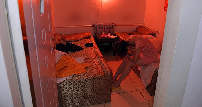 Девушка задержанная по подозрению в проституции. Архивное фото