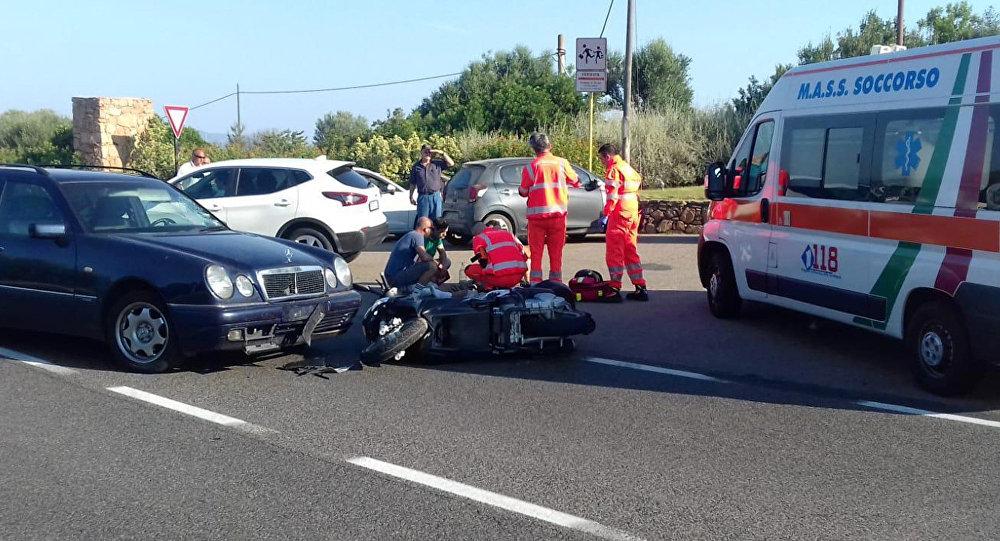 Врачи оказывают помощь пострадавшему в ДТП голливудскому актеру Джорджу Клуни. Остров Сардиния, Италия, 10 июля 2018 года.
