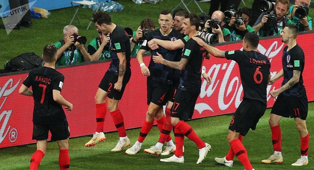 Игроки сборной Хорватии радуются забитому голу в полуфинальном матче чемпионата мира по футболу между сборными Хорватии и Англии.