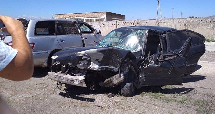 Трагедия случилась 1 июля примерно в 4.30 на объездной трассе в Кеминском районе Чуйской области. Столкнулись Toyota Avensis и BMW E525