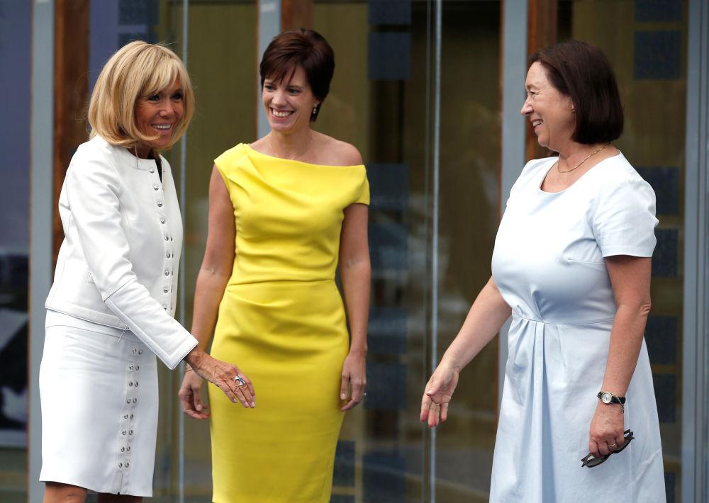 Первая леди Франции Брижит Макрон, гражданская жена премьер-министра Бельгии Амели Дербаудренгьен и жена генсека НАТО Ингрид Шулеруд