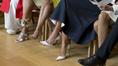 Женщины сидят на стульях. Архивное фото