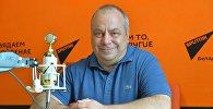 Спортивный обозреватель и болельщик Олег Дмитриев во время беседы на радио