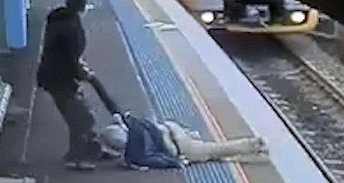 Через пять секунд его бы раздавил поезд — видео чудесного спасения