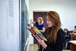 Студент на занятиях по алгебре. Архивное фото