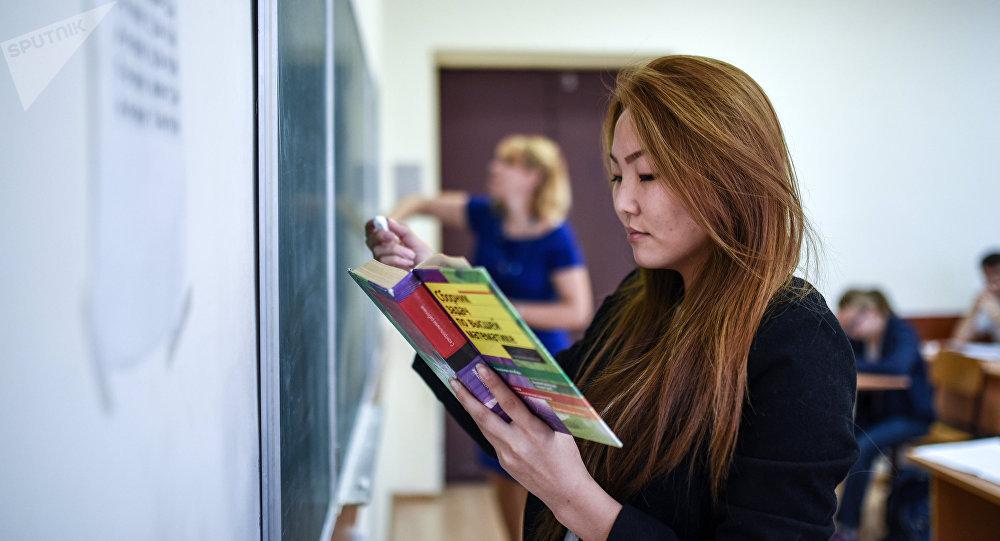 Студенты 1-го курса Московского государственного гуманитарно-экономического университета на занятиях по алгебре. Архивное фото