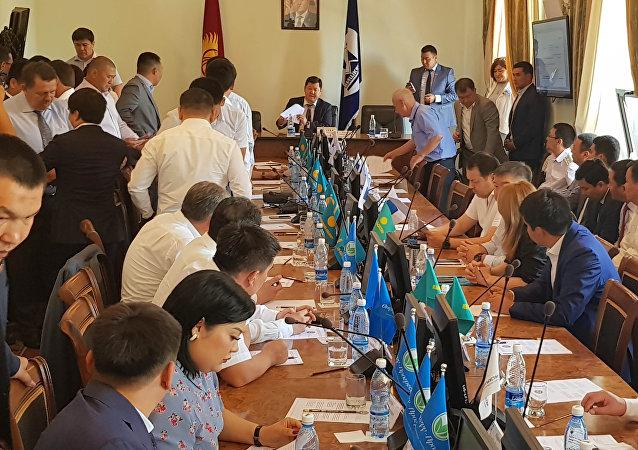 В пятницу, 13 июля, проходит внеочередное заседание Бишкекского городского кенеша, созванное из-за сложившейся ситуации в столице.