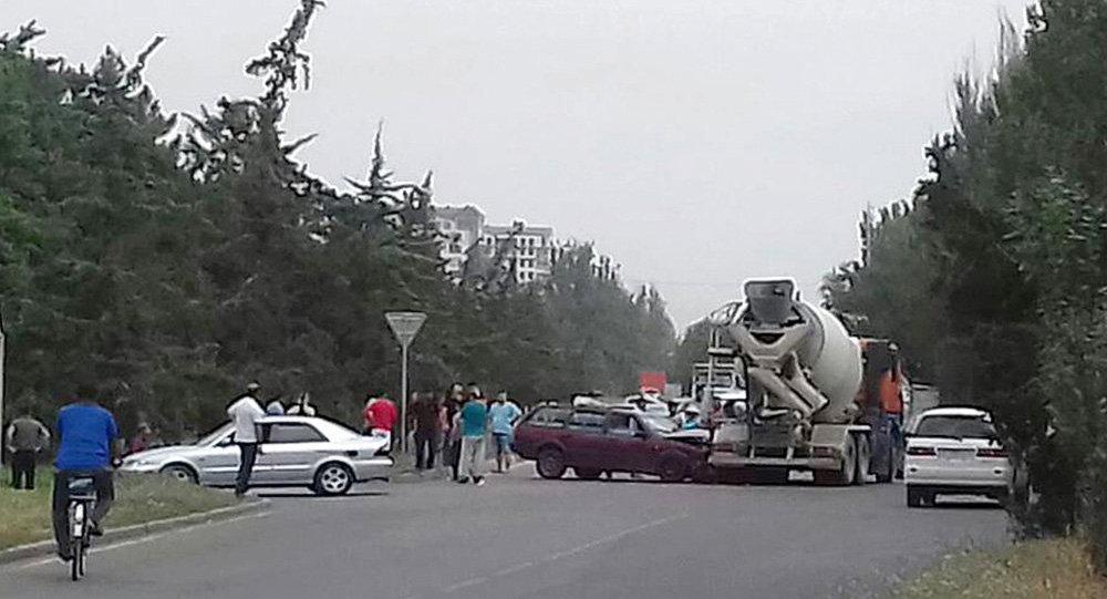 Бишкекте бетон аралыштыргыч менен жеңил автоунаа кагышкан