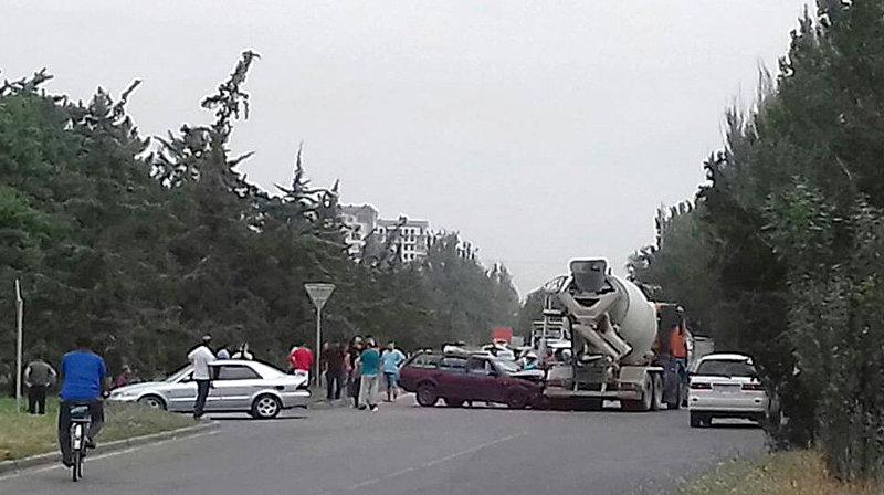 В Бишкеке легковой автомобиль столкнулся с бетономешалкой