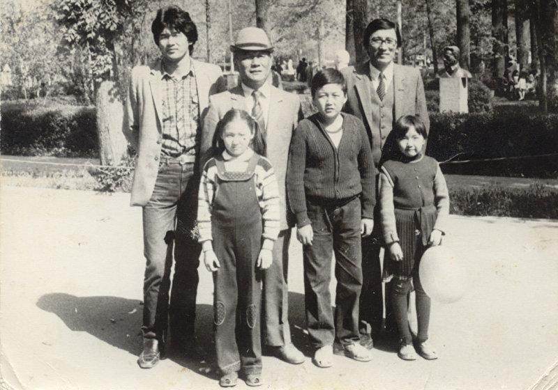 Экс-министр культуры, писатель, драматург Султан Раев (первый слева)